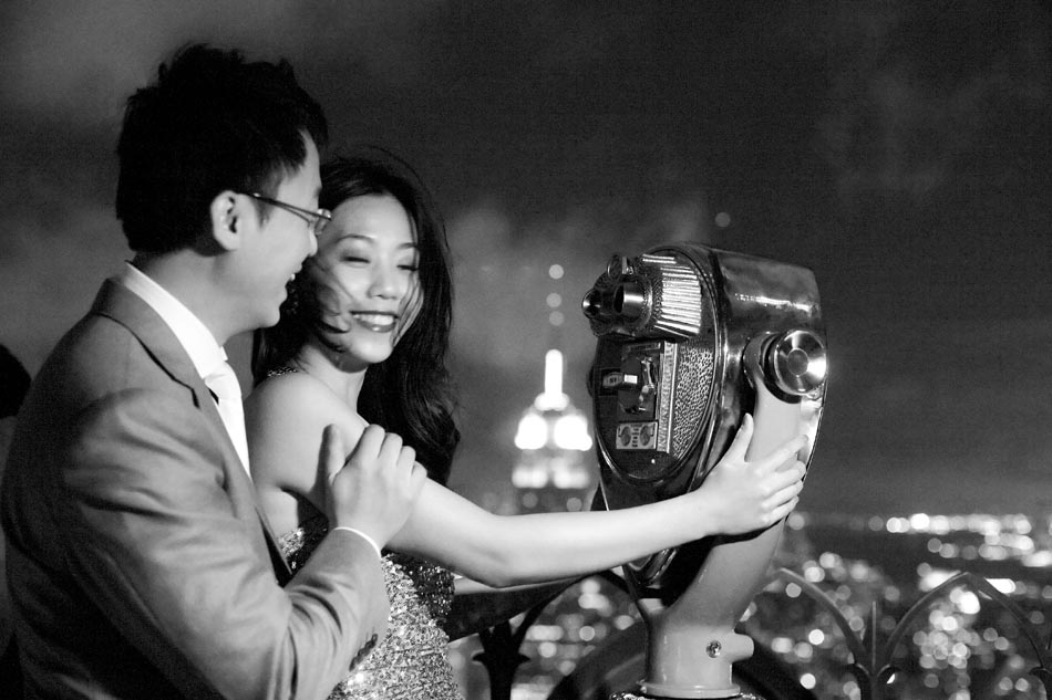 Black and white pre wedding photo of Hong Kong couple in New York
