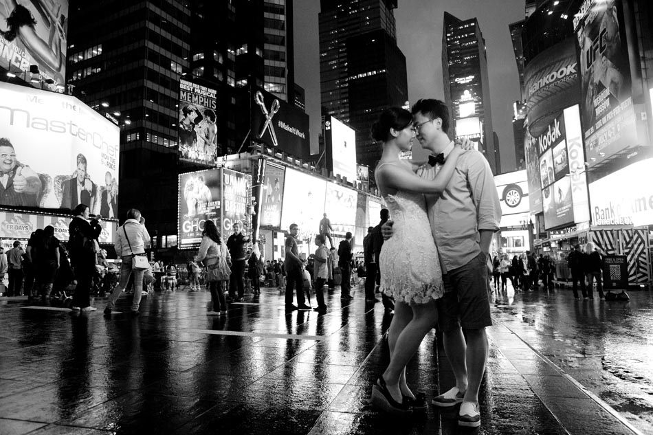 Black and white pre wedding photo in Times Square